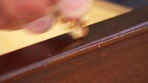 Guarda la versione ingrandita di VIDEO YOUTUBE Graffi su mobili di legno: strofina con una noce e passa