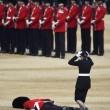 Londra, Guardia sviene per il caldo durante parata per la regina