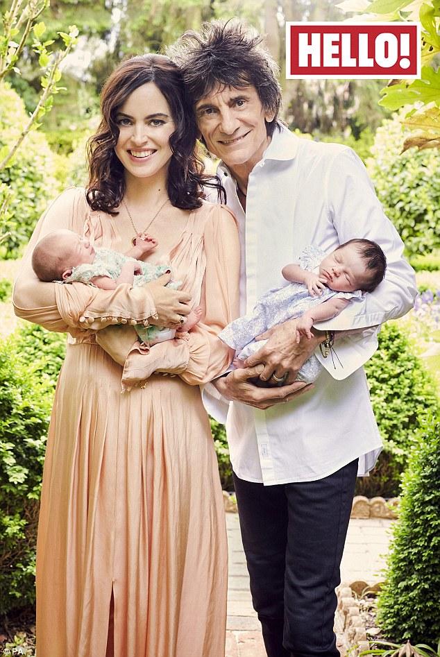 Ronnie Wood e Sally con le gemelle, FOTO su Hello!