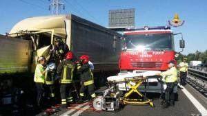 Treviso, auto schiacciata tra due tir: un morto e vari feriti