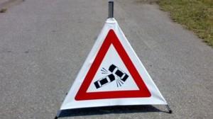 Incidenti sulla A16: auto fuori strada, costone che si stacca...