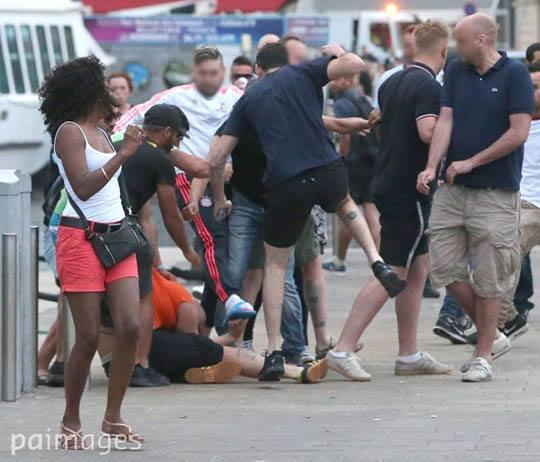 Inglese pestato da un gruppo di russi il pomeriggio del 10 giugno, giorno prima della partita. Ai russi si aggiunge, in ciabatte, un ragazzo delle banlieue di Marsiglia