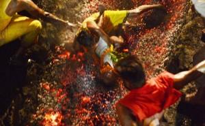 India, bimbo 6 anni cade su carboni ardenti durante rituale FOTO