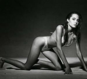 """Guarda la versione ingrandita di Angelina Jolie a 15 anni, il fotografo: """"Mi disse che…"""""""