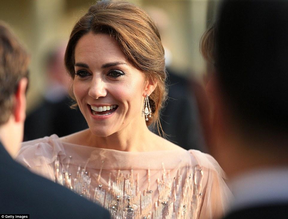 Kate Middleton al gala ricicla abito da 4mila euro