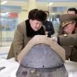 Kim Jong-un ride con la testata di un missile FOTO L'ultima provocazione