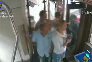 YOUTUBE Ladri sui bus di Torino: ecco come agivano