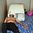 YOUTUBE Infila testa nella lavatrice e resta incastrato...01