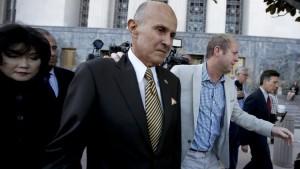 Lee Baca, ex sceriffo Los Angeles ha l'Alzheimer ma deve scontare 6 mesi in carcere