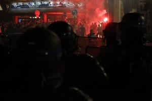 Guarda la versione ingrandita di Scontri nella notte fra inglesi, polizia, hooligan russi e ultras francesi nella notte a Lille EPA/THIBAULT VANDERMERSCH