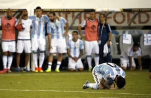 Guarda la versione ingrandita di Lionel Messi dopo aver sbagliato il rigore  EPA/JASON SZENES