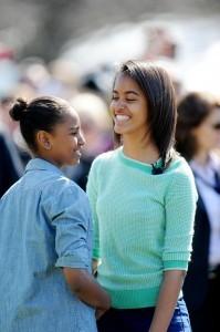 Malia Obama scende dall'aereo e il vento alza la gonna