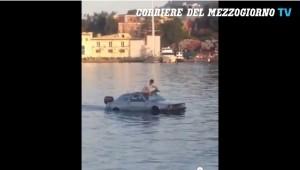 Guarda la versione ingrandita di Ischia, nel porto si naviga con...un'auto: il video
