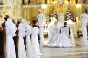 Guarda la versione ingrandita di Macerata, sposa in ritardo il parroco comincia il matrimonio