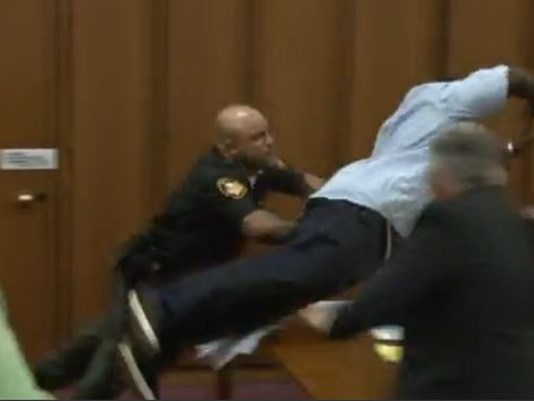YOUTUBE Papà vittima salta addosso al serial killer in aula