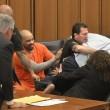 YOUTUBE Papà vittima salta addosso al serial killer in aula 3
