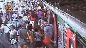 Milano, la banda delle mamme: così rubano ai turisti in metropolitana
