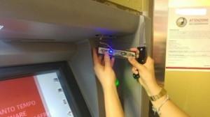 Bancomat, occhio ai mini-skimmer invisibili: così ti rubano codice pin