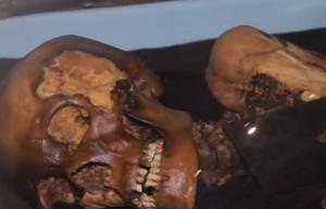 Guarda la versione ingrandita di YOUTUBE Mummia tatuata 2500 anni fa: misteriosi segni tribali