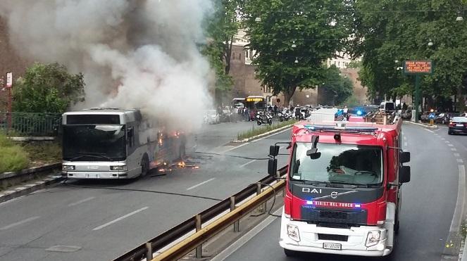 Roma, bus in fiamme su Muro Torto: traffico tilt FOTO-VIDEO7