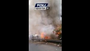 Guarda la versione ingrandita di Roma, bus in fiamme su Muro Torto: traffico tilt (foto YouReporter)