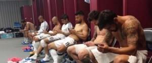 Guarda la versione ingrandita di Argentina, calciatori con gli smartphone nello spogliatoio: la foto virale