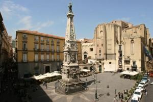 Napoli, Emanuele Pirozzi sale su obelisco, cade e muore