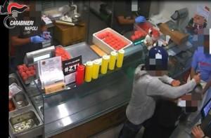 Napoli, rapina in pizzeria: bottigliate in testa a titolare