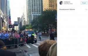 Ciclista finisce contro scorta Obama: gli agenti