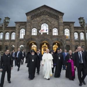 Papa Francesco in Armenia, in ginocchio al Memoriale del genocidio