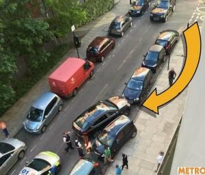 Parcheggio conteso, litigano per 4 ore: lei guida sul marciapiede per...