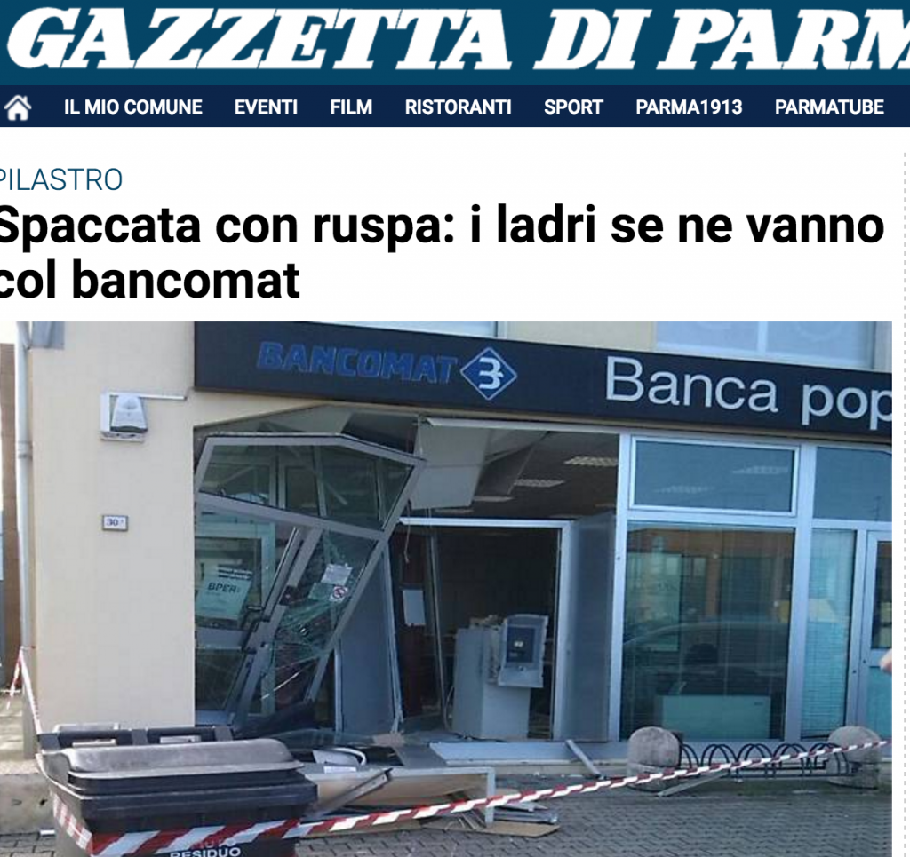 Parma, ladri sfondano vetrina con ruspa e scappano col bancomat