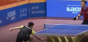 Ping pong, recupera la pallina sotto il tavolo e fa punto