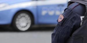 San Giorgio a Cremano, aggredisce agenti col coltello: poliziotto spara e lo ferisce