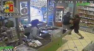 VIDEO YOUTUBE Poliziotto fuori servizio sventa rapina a Napoli