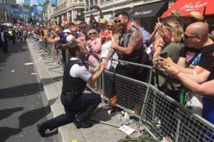 YOUTUBE Gay Pride Londra: proposte di nozze dei poliziotti