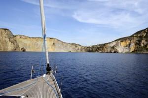 Ponza, conducente si butta in acqua: yacht impazzito lo travolge