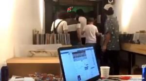YOUTUBE Ascoltano album Radiohead nel negozio. Picchiati