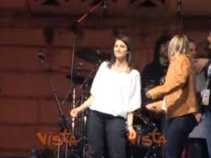 YOUTUBE Virginia Raggi scatenata sul palco M5S: canta e balla