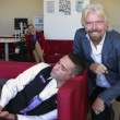 Virgin, Richard Branson fa selfie col dipendente che...dorme