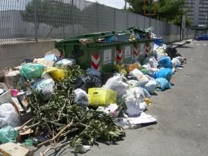 Roma, sciopero Ama 11 e 12 luglio. Rifiuti e cassonetti in fiamme