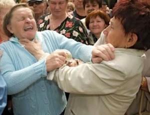 Rissa tra anziane: conteso a 86 anni, moglie picchia amante...