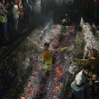 India, bimbo 6 anni cade su carboni ardenti durante rituale FOTO 3