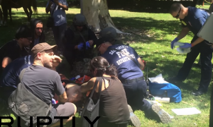 YOUTUBE Sacramento, scontri alla manifestazione neonazista: 10 accoltellati