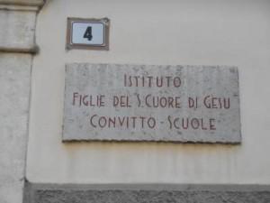 Scuola cattolica Trento condannata: discriminò la prof gay