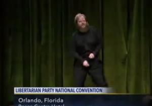 YOUTUBE Usa, candidato libertariano si spoglia al comizio