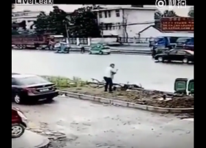 YOUTUBE Cina, uccide a coltellate la moglie in strada, in pieno giorno