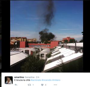 Milano, incendio sul tetto di una scuola a Lambrate FOTO