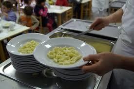 Scuola, sorpresa alla mensa: nella pasta trova...scarafaggio