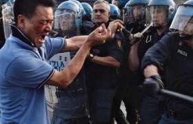Sesto Fiorentino, lavoratori cinesi in rivolta contro i controlli: cariche e feriti